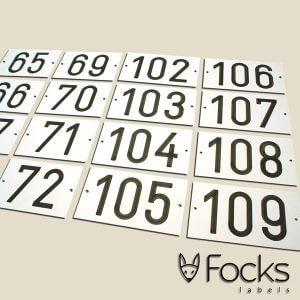 Resopal gegraveerde nummerbordjes voor flatgebouw