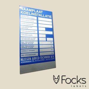 Typeplaat op stickermateriaal (solid foil)