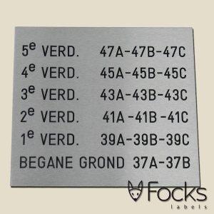 Aluminium bewegwijzeringsbord voor flatgebouw in RVS look, gegraveerd en ingelakt