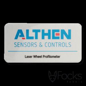 Naamplaatje voor Althen meetapparatuur, AluSub aluminium, blank geborsteld, full colour bedrukking slijtvast in transparante topcoating, met 3M468 kleeflaag.