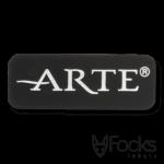 Merklabel Arte, voor luxe behang. Gegoten aluminium, mat zwart gespoten, toplaag diamant geslepen, voorzien van kleeflaag.