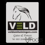 Naamplaat voor hekwerken van Veld omheiningen, geanodiseerd aluminium, 2 kleuren bedrukt, slijtvast in het aluminium, met 3M468 kleeflaag.