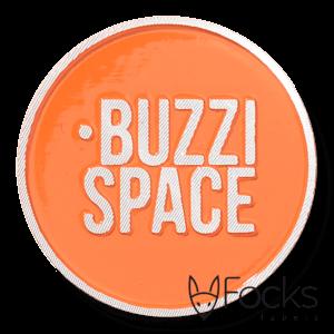 Logolabel voor op beurskleding, met magneetsluiting ter bescherming van kleding. Gegoten aluminium, glanzend oranje gespoten, toplaag diamant geslepen.