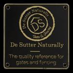 Naamplaat De Sutter, voor luxe hekwerk, gegoten zinklegering, matzwart gespoten, toplaag blank geslepen.
