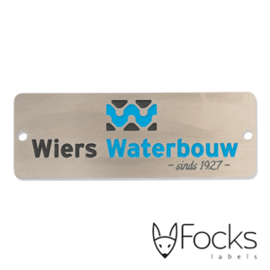Naamplaat RVS, logo verdiept geëtst en ingelakt in 3 kleuren, machinaal gestanst, met boorgaten.
