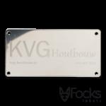 Naamlabel RVS geëtst, KVG houtbouw voor veranda's en buitenverblijven, glanzend gepolijst RVS, logo mat verdiept geëtst, met boorgaten voor montage.