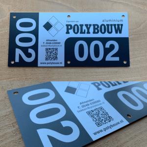 Aluminium QR-Code label voor Polybouw, digitaal gedrukt, met wisselend nummer.
