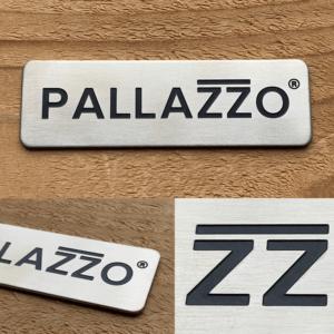 Naamlabels voor Pallazzo veranda's vanRVS 304. Geborsteld, geëtst en ingelakt in zwart. Gestanst en handmatig voorzien van een 3M VHB foamtape.
