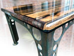 Grosvenor table, met merklabel in epoxylaag